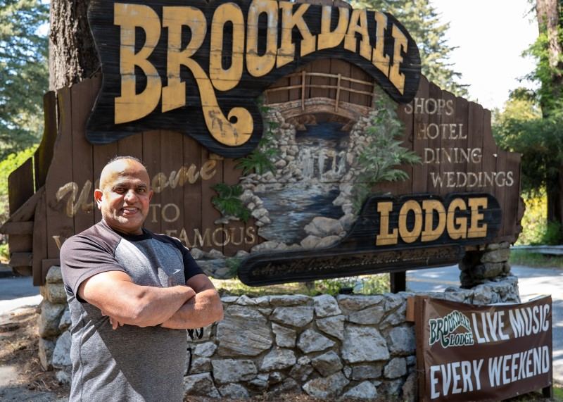 Pravin-Patel-and-the-famous-Brookdale-Lodge-sign-by-Peter-Woodward-Brittwood-Creative